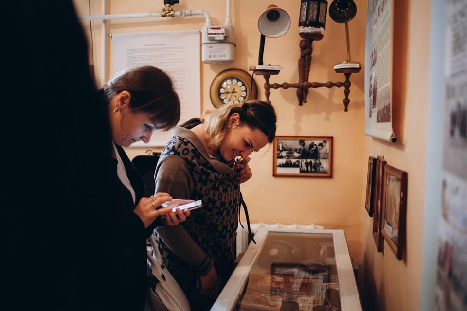 Викладачі та студенти розглядають музейні експонати