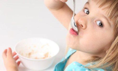 Как обучить ребенка самостоятельно кушать?