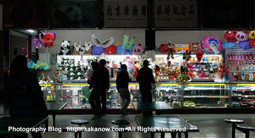 A small toy store in the Beijing Zoo. Photo by KaKa.