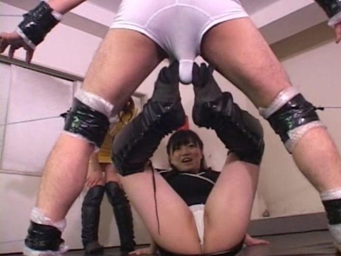 金蹴りイェーイ!妙なテンションでパンツ全開の足コキで射精寸前!?