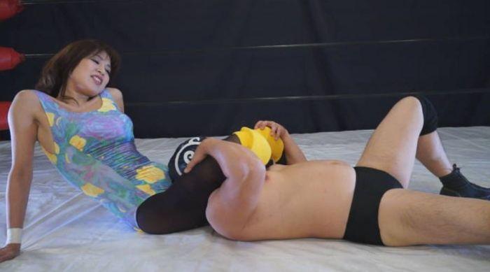 足を首にガッチリかけ、リング上で今藤霧子の足技に失神させられる!