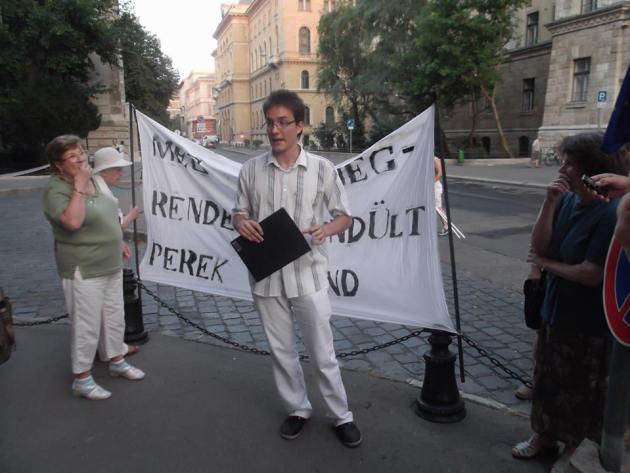 Ságvári menettel egybekötött tüntetés a Legfőbb Ügyészség előtt a koncepciós perek ellen. Fotó: Nagypál Anikó