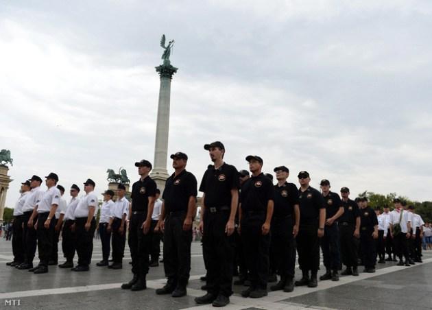 Rendőri intézkedés nélkül masírozott az elvileg illegális Magyar Gárda a Hősök terén vasárnap. (Fotó: Bruzák Noémi)