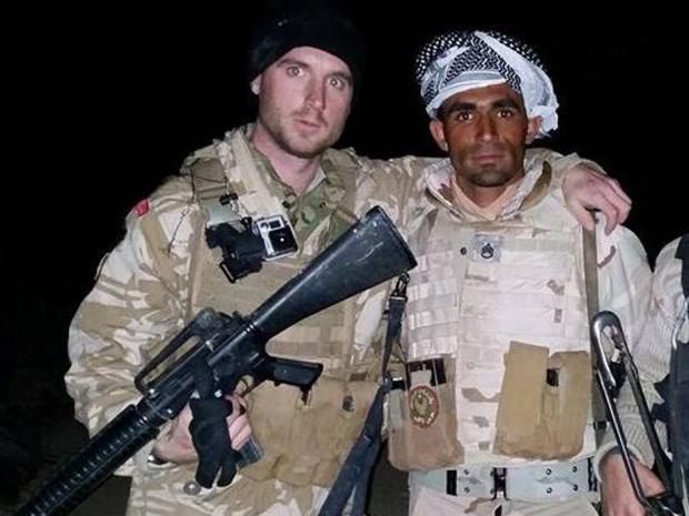 Dillion Hillier (baloldalon) kanadai önkéntesként harcol az ISIS ellen.