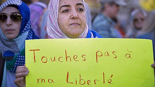 Québeci muszlimok tiltakoznak a szekularizációs törvények ellen. Fotó: CBC.