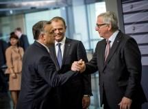 Két jó barát? Orbán és Juncker...a háttérben Donald Tusk.