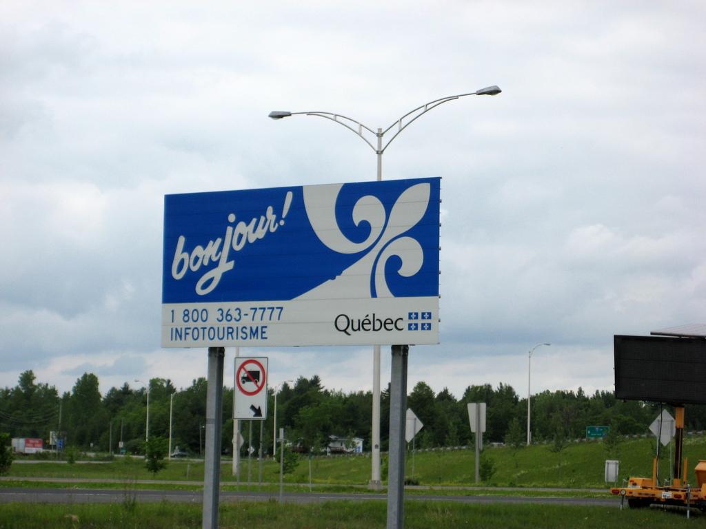 Franciául köszöntik a látogatókat Québec határán.