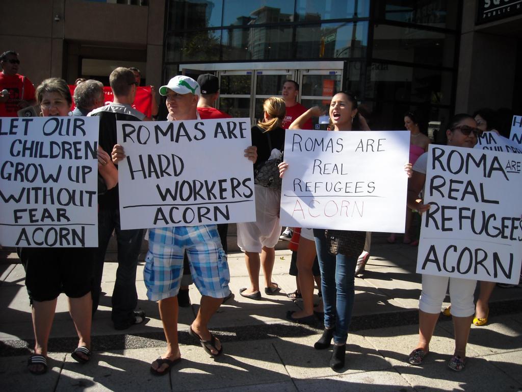Magyar romák tüntetnek British Columbiában a kanadai kormány ellen.