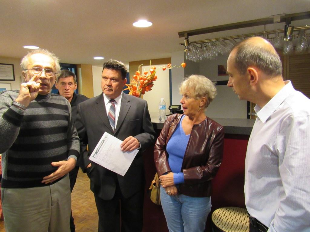 Lapohos Tibor, az Ottawai Magyar Ház elnöke a jobboldalon látható ezen a fotón, ami október 18-án készült az Ottawai Magyar Házban. Lapohos Tibor ekkor próbálta kiszorítani a házból azokat a tagokat, akik szerinte a KMOSZ ellen szavaztak volna.
