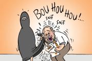 Tom Mulcair, a baloldal kormányfő-jelöltje beletörli könnyes szemeit egy muszlim niqabba. A karikatúra a montreáli Le Devoir című lapban jelent meg, a Garnotte nevű karikatúrista rajzolta.