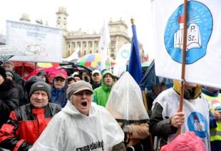 Résztvevők a pedagógusok tüntetésén a budapesti Kossuth téren 2016. február 13-án. A Pedagógusok Szakszervezetének demonstrációjához 48 szervezet csatlakozott. MTI Fotó: Kovács Tamás.