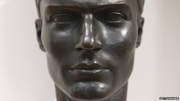 Claus Schenk Graf von Stauffenberg mellszobra.