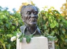 Koszorúzás Fejtő Ferenc szobránál