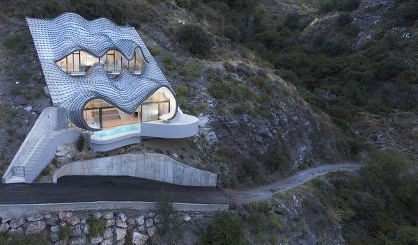 Une maison incrustée dans la falaise en Espagne