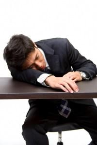 疲れて寝る男性