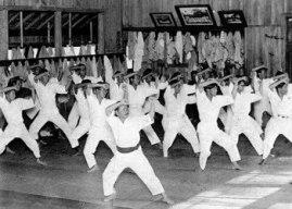 Gichin Funakoshi en cours Heian Nidan