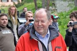 """Peer Steinbrück bei einem Spaziergang durch die Umgebung des """"Suvretta House"""" in St. Moritz/Schweiz, Tagungsort der Bilderberg-Konferenz 2011"""