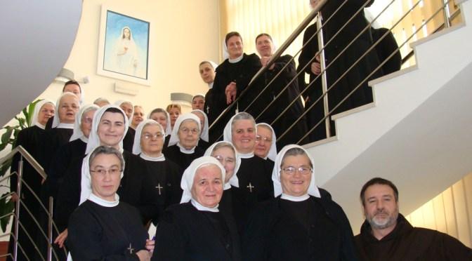 Karmelićanin i svjetovna karmelićanka služili redovnicama u službama