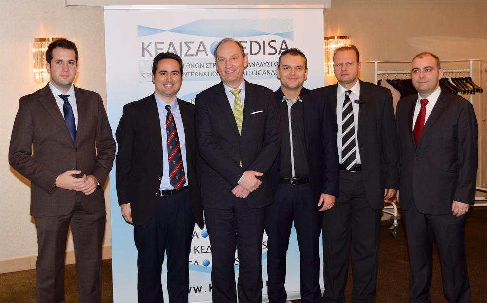 Από αριστερά προς τα δεξιά: Ο Γενικός Γραμματέας Δ.Σ. του ΚΕΔΙΣΑ, κ.Όμηρος Τσάπαλος, ο Ιδρυτής & Πρόεδρος Δ.Σ. του ΚΕΔΙΣΑ, κ.Ανδρέας Γ.Μπανούτσος, ο Πρέσβης Βελγίου, κ. Luc Liebaut, ο Ιδρυτικός Εταίρος και μέλος Δ.Σ. ΚΕΔΙΣΑ, κ.Κωνσταντίνος Μαργαρίτου και ο Εκτελεστικός Διευθυντής ΚΕΔΙΣΑ, κ.Γιώργος Πρωτόπαπας.
