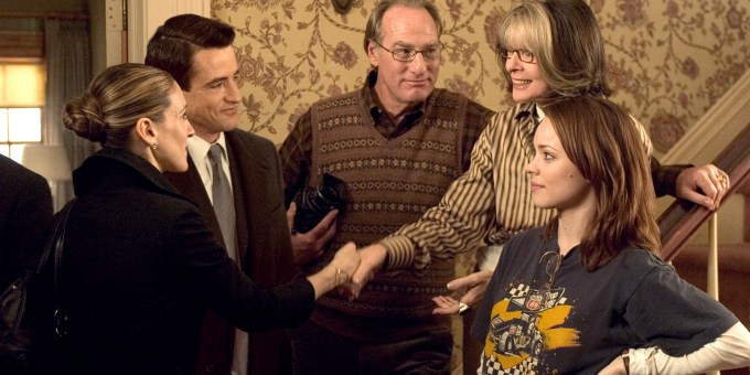 Everett Stone (Dermot Mulroney, left) introduces his girlfriend Meredith Morton (Sarah Jessica Parker) to his father Kelly (Craig T. Nelson), mother Sybil (Diane Keaton) and sister Amy (Rachel McAdams), in THE FAMILY STONE.