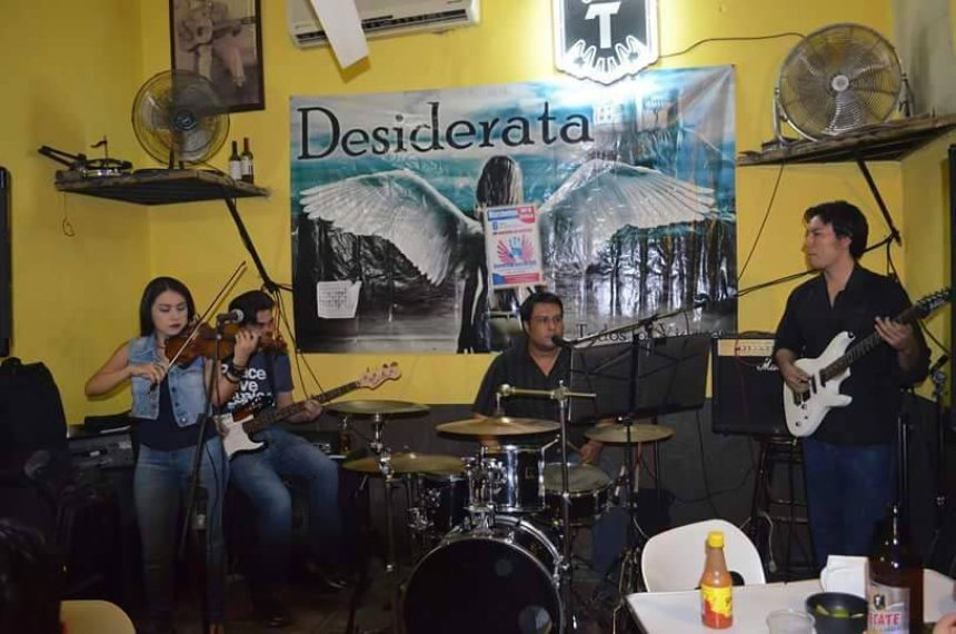 Una banda local de covers tocando en La Verbena, un bar muy popular de Hermosillo