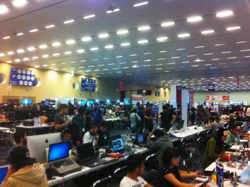 Área de mesas y computadoras en Campus Party 2015