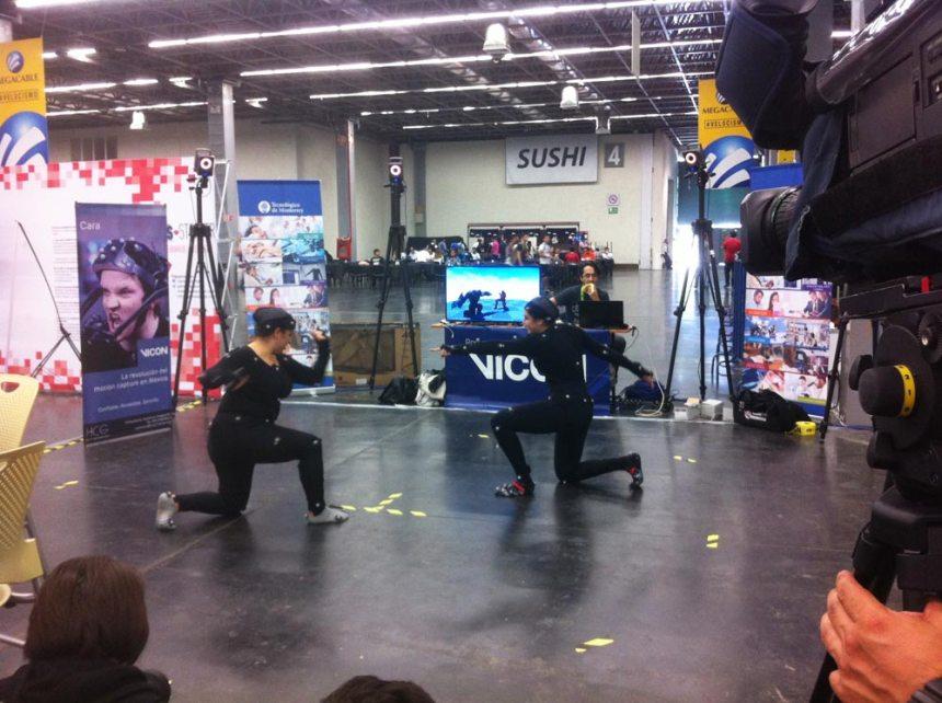 Chicas jugando un videojuego de pelea utilizando trajes para captura de movimiento