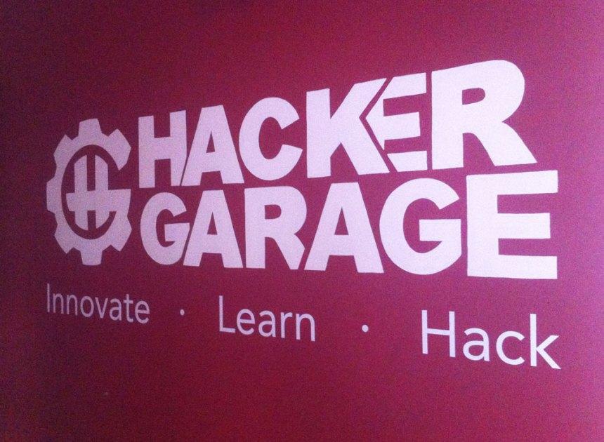 Logo de HackerGarage en la entrada