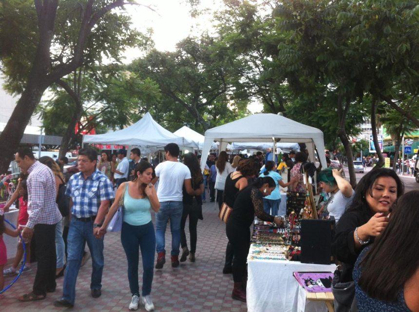 Tianguis cultural en el Paseo de Chapultepec