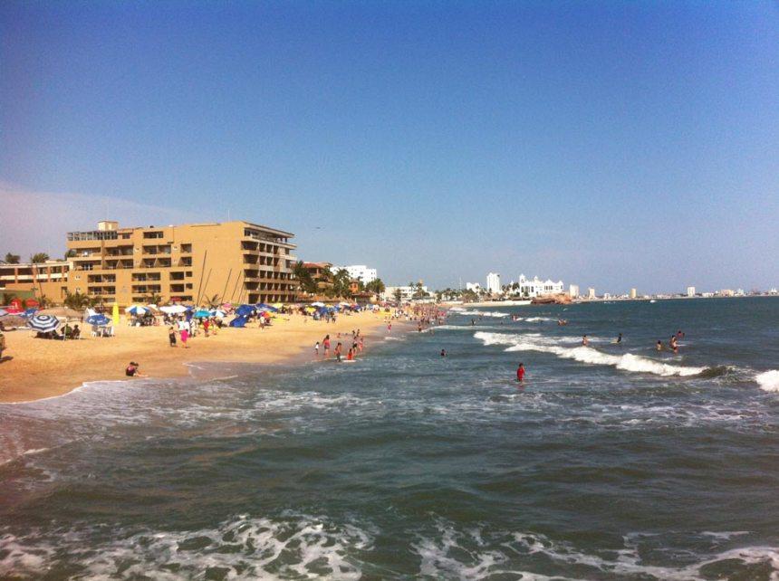 Playa de Mazatlán con gente una tarde soleada