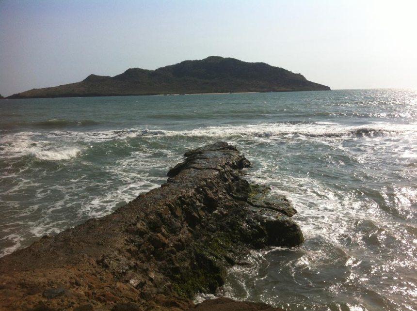 Sentado en unas rocas frente al mar en Mazatlán