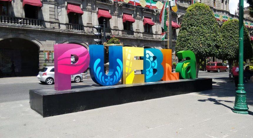 Tradicional letrero con el nombre de la ciudad de Puebla, Puebla
