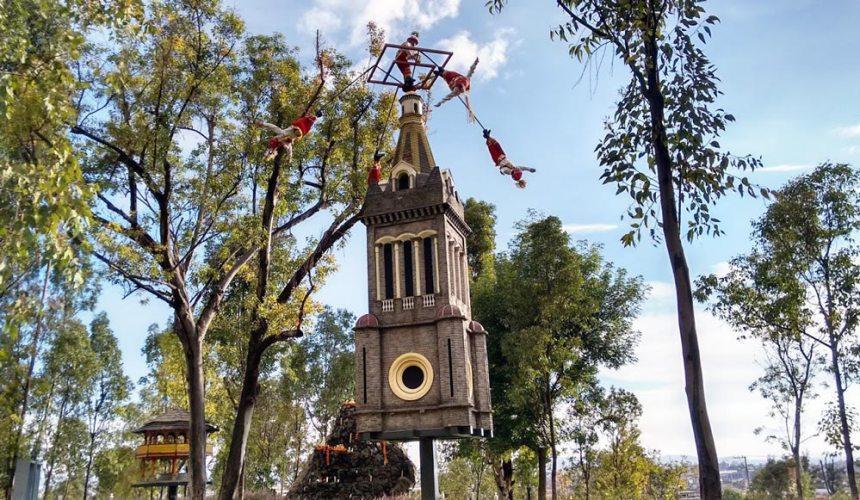 Voladores de Cuetzalán en el Parque de los Fuertes en Puebla, Puebla