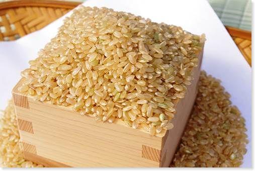 木臼に入った玄米