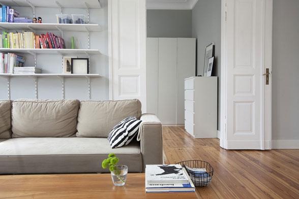 Một góc phòng khách với kệ đồ đơn giản và rẻ tiền