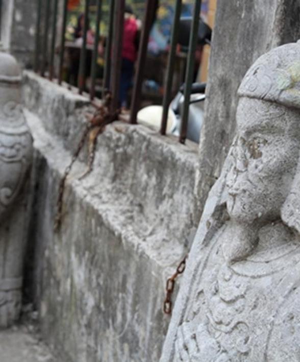 Trải qua thời gian, nét uy nghi oai dũng trên khuôn mặt của các bức tượng trở nên biến dạng và nham nhở.