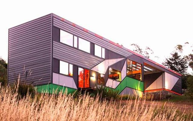Tòa nhà sử dụng năng lượng mặt trời với một độ dốc về phía đông bắc, đối diện với một đường cao tốc bận rộn ở Launceston, Tasmania.