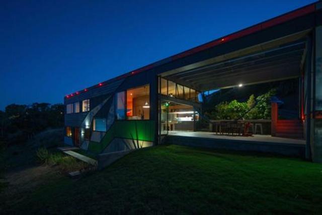 Nhìn từ xa, ngôi nhà xuất hiện với một sự nổi bật độc đáo và duy trì sự riêng tư năng động và đầy màu sắc. Sân thượng và khu vực sinh hoạt ngoài trời tập trung vào các khu vườn cảnh, cây bụi bản địa và mức độ cao của những tán lá. Bên trong, màu sắc và kết cấu được đa dạng về tổ chức.