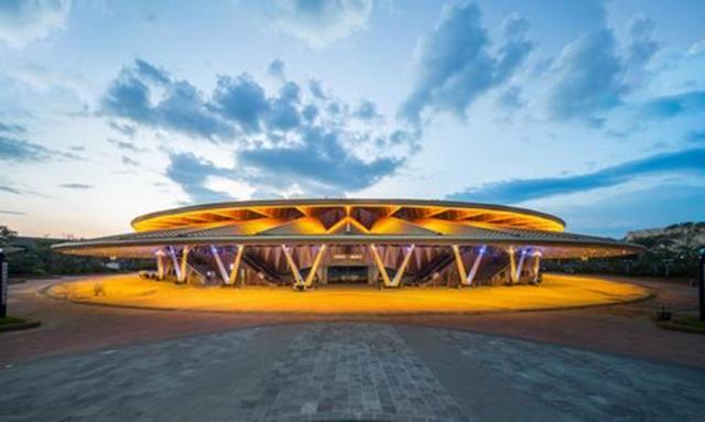 Nhà hát với diện tích 19,500 m2, bao gồm 1,183 chỗ ngồi đã được tạo ra như là một phần của khu nghỉ mát của Dalian Wanda Group tại Xishuangbanna, một khu vực có vùng đất thấp tươi tốt ở Vân Nam. Ngoài các nhà hát, khu nghỉ mát bao gồm các căn hộ, trung tâm mua sắm, quán bar và nhà hàng, khách sạn, sân golf và một công viên chủ đề. Nó được thiết lập để trở thành một điểm đến du lịch lớn cho cả khách Trung Quốc và quốc tế.