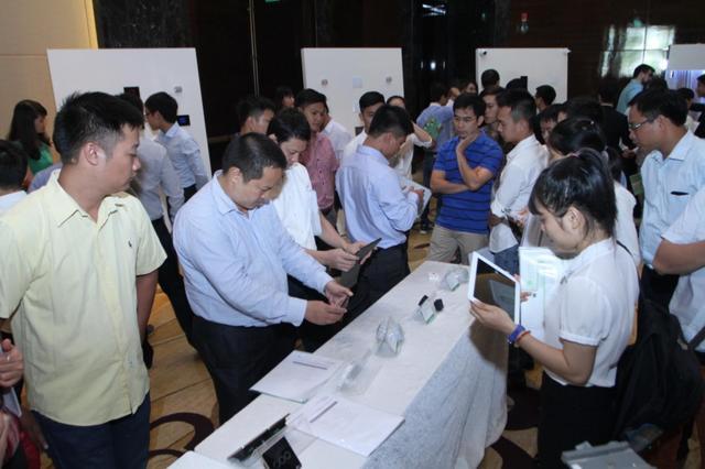Khách hàng quan tâm trải nghiệm sản phẩm Lumi