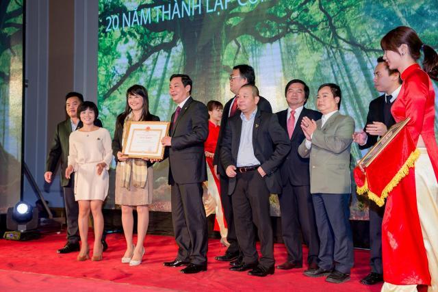 Ông Lê Hồng Sơn – Phó Chủ tịch UBND Tp. Hà Nội trao bằng khen của UBND thành phố cho cá nhân bà Hoàng Hải Yến – Phó Tổng Giám Đốc công ty cổ phần TID và Công ty Cổ phần TID
