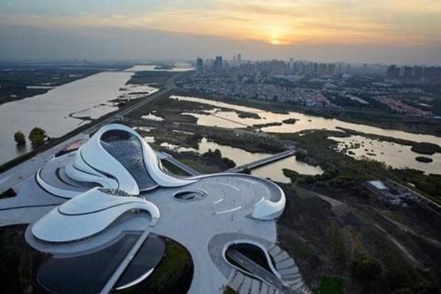 Nhà hát Opera ở thành phố Cáp Nhĩ Tân, tỉnh Hắc Long Giang, Trung Quốc trở thành công trình của năm 2016 nhờ thiết kế thông minh, phù hợp với tình trạng thường xuyên ngập nước ở đây. Công trình bao gồm một nhà hát lớn chứa khoảng 1.600 khách và một nhà hát nhỏ chứa được 400 khách.