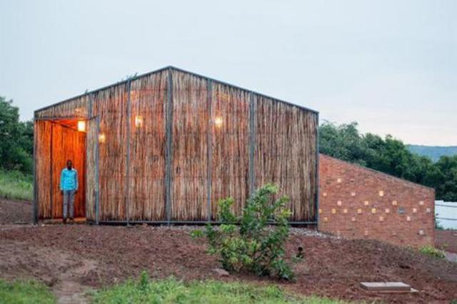 Trung tâm y tế ở làng Rwinkwavu, Rwanda được xây dựng hoàn toàn bằng những nguyên liệu ở địa phương và 90% lao động đều là người dân làng. Công trình kiến trúc này xứng đáng là điển hình trong việc xây dựng hệ thống y tế địa phương ở những khu vực xa xôi của Rwanda.