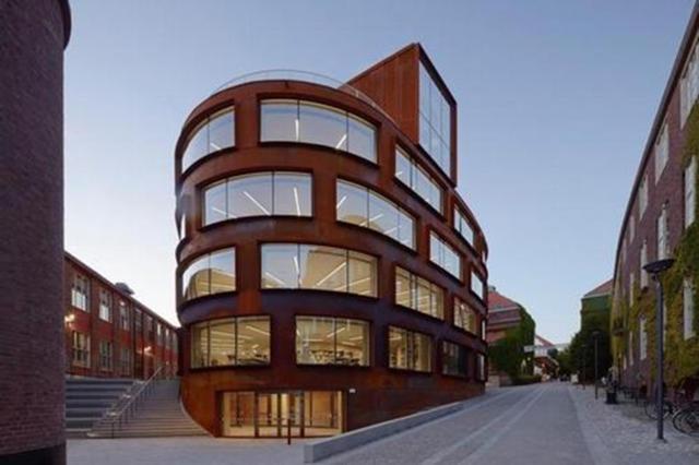 Trường kiến trúc thuộc Viện Công nghệ Hoàng gia Thụy Điển có kiến trúc hiện đại nổi bật giữa không gian kiến trúc cổ xưa. Thiết kế ngôi trường sẽ góp phần khơi gợi sự sáng tạo cho các kiến trúc sư tương lai học tập ở đây.