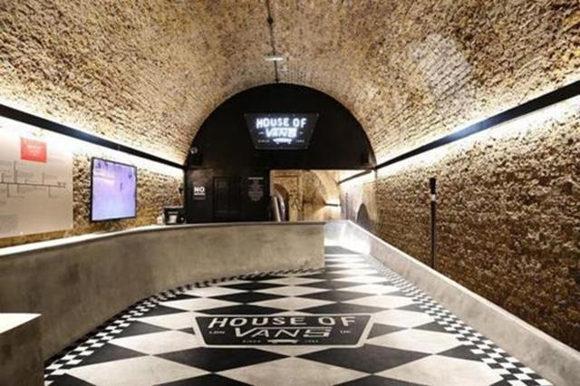 Công trình House of Vans London, Anh được độc giả Arch Daily bình chọn là một trong những công trình ấn tượng nhất năm 2016 bởi sự pha trộn kiến trúc tinh tế. Công trình là sự kết hợp tuyệt vời giữa nghệ thuật, điện ảnh, âm nhạc và môn trượt ván. Đây là tòa nhà của thương hiệu giày nổi tiếng Vans, gồm một phòng trưng bày nghệ thuật, không gian trưng bày phòng thí nghiệm của hãng, phòng chiếu phim, hòa nhạc cho 850 người, một quán cà phê cao cấp, rất nhiều quán bar và một công viên trượt băng bằng bê tông.