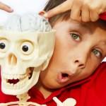 Niño con esqueleto museo