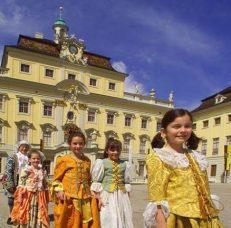 Verkleidete Kinder im Hof von Schloss Ludwigsburg