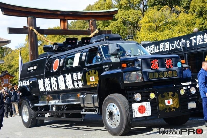 和魂洋才?自衛隊より頼もしそうなフォードF700祖国防衛隊の街宣車