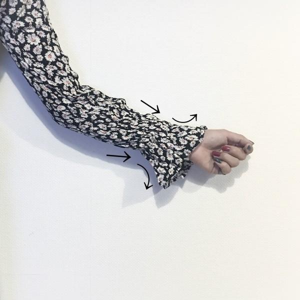 手首に近づくにしたがって広がるアンブレラ・スリーブ