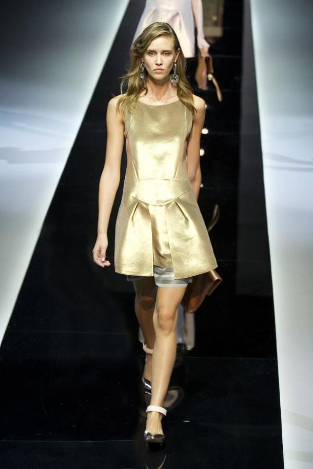 Платье цвета золотой металлик от Emporio Armani